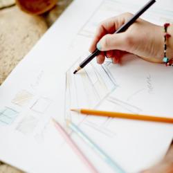 skiss bord färgpennor