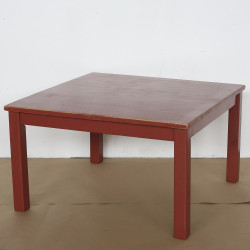 rött skavt bord