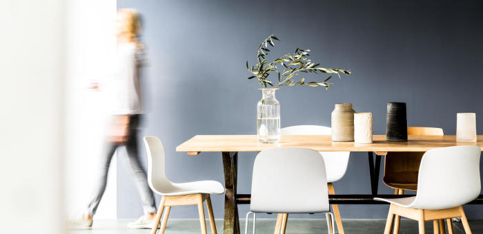 matsal träbord blå vägg tjej